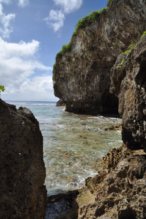 The Avaiki cave opens to a beautiful reef that runs from the Pacific ocean to the coast - Courtesy of www.travel-tour-guide.com